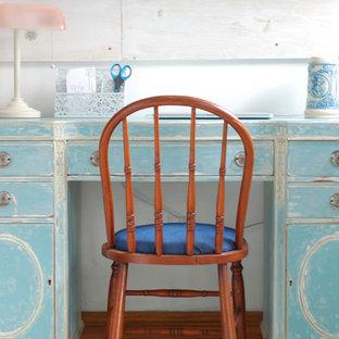 グランドラピッズの中サイズのシャビーシック調のおしゃれなホームオフィス・書斎 (白い壁、淡色無垢フローリング、暖炉なし、自立型机) の写真