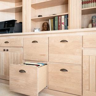 サンルイスオビスポの中くらいのサンタフェスタイルのおしゃれな書斎 (ベージュの壁、ライムストーンの床、造り付け机、ベージュの床) の写真