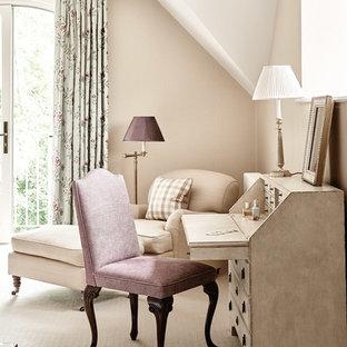 Ejemplo de despacho tradicional con paredes beige, moqueta, escritorio independiente y suelo beige