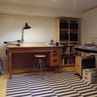 ミネアポリスの中サイズのトラディショナルスタイルのおしゃれなアトリエ・スタジオ (白い壁、コンクリートの床、自立型机、黄色い床) の写真