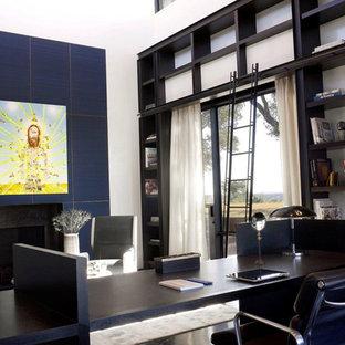 Idée de décoration pour un grand bureau design avec un mur blanc, un sol en bois foncé, une cheminée standard, un manteau de cheminée en métal et un bureau indépendant.