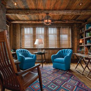 Idéer för att renovera ett rustikt arbetsrum, med mellanmörkt trägolv, en spiselkrans i sten och ett fristående skrivbord