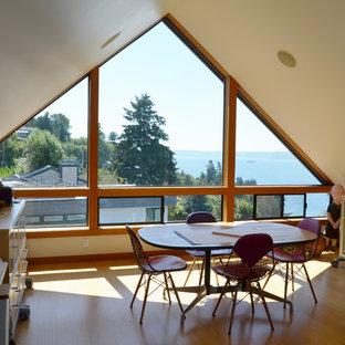 シアトルの中サイズのコンテンポラリースタイルのおしゃれなアトリエ・スタジオ (白い壁、竹フローリング) の写真