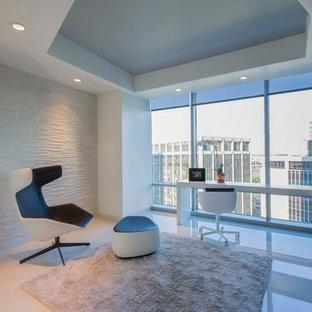 Ispirazione per un ufficio minimalista di medie dimensioni con pareti bianche, pavimento in gres porcellanato e scrivania incassata