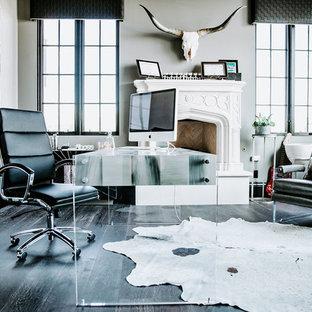 フェニックスの広いモダンスタイルのおしゃれな書斎 (グレーの壁、濃色無垢フローリング、標準型暖炉、石材の暖炉まわり、自立型机、黒い床) の写真