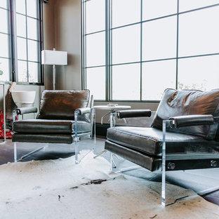 Immagine di un grande ufficio minimalista con pareti grigie, parquet scuro, scrivania autoportante e pavimento nero