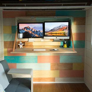 Idéer för ett litet nordiskt arbetsrum, med flerfärgade väggar, bambugolv, ett inbyggt skrivbord och brunt golv