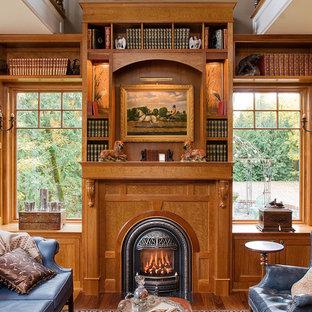 シアトルのヴィクトリアン調のおしゃれなホームオフィス・書斎 (無垢フローリング、標準型暖炉、木材の暖炉まわり) の写真