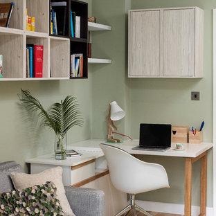 ダブリンの小さいトランジショナルスタイルのおしゃれな書斎 (緑の壁、無垢フローリング、造り付け机) の写真