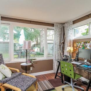 Idéer för små eklektiska arbetsrum, med bruna väggar, mörkt trägolv och ett fristående skrivbord