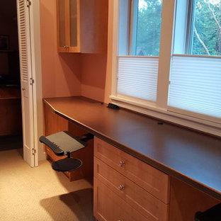 Imagen de despacho de estilo americano, de tamaño medio, con escritorio empotrado