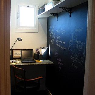 サンフランシスコの小さいシャビーシック調のおしゃれなホームオフィス・書斎 (黒い壁、濃色無垢フローリング、造り付け机) の写真
