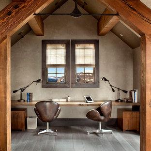 Foto di uno studio stile rurale con pareti beige, parquet scuro, nessun camino e scrivania incassata