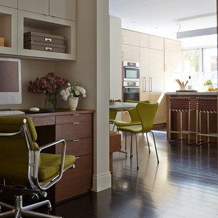 ニューヨークの小さいコンテンポラリースタイルのおしゃれなアトリエ・スタジオ (濃色無垢フローリング、造り付け机、白い壁、暖炉なし、茶色い床) の写真