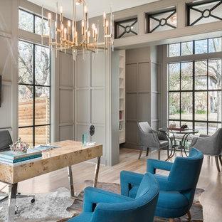 Mittelgroßes Klassisches Arbeitszimmer mit grauer Wandfarbe, hellem Holzboden, freistehendem Schreibtisch, beigem Boden und Arbeitsplatz in Houston