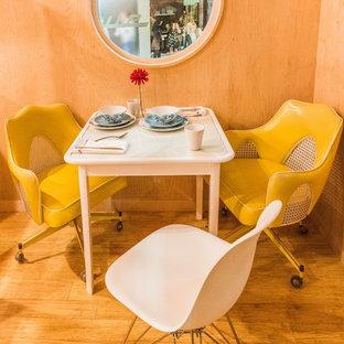 Kleines Modernes Arbeitszimmer mit Studio, weißer Wandfarbe, Bambusparkett und freistehendem Schreibtisch in Los Angeles