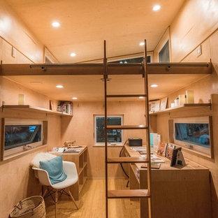 Idée de décoration pour un petit bureau minimaliste de type studio avec un mur blanc, un sol en bambou et un bureau indépendant.