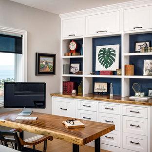 サンフランシスコの中サイズのビーチスタイルのおしゃれな書斎 (ベージュの壁、淡色無垢フローリング、自立型机、ベージュの床) の写真