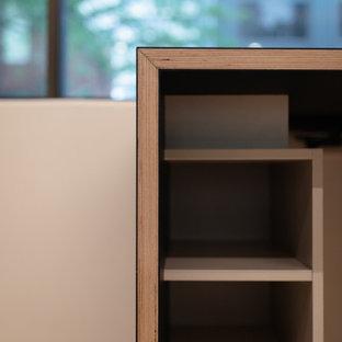 アデレードの小さい北欧スタイルのおしゃれな書斎 (ベージュの壁、淡色無垢フローリング、造り付け机、塗装板張りの天井) の写真