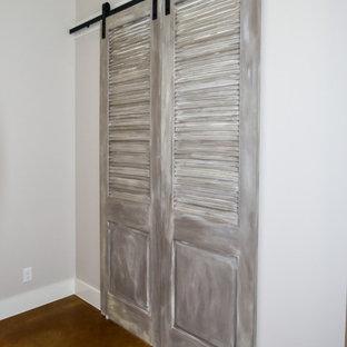 オースティンの大きいラスティックスタイルのおしゃれな書斎 (グレーの壁、コンクリートの床、暖炉なし、自立型机) の写真
