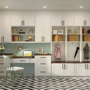 中サイズのモダンスタイルのおしゃれな書斎 (緑の壁、カーペット敷き、造り付け机、ベージュの床) の写真