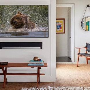 ロサンゼルスの北欧スタイルのおしゃれなホームオフィス・書斎 (白い壁、カーペット敷き、自立型机、ベージュの床) の写真