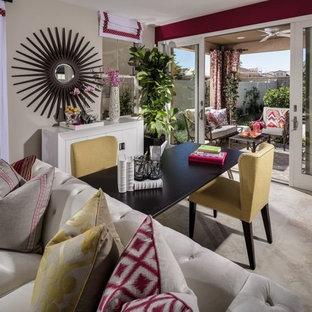 サンディエゴの中サイズのコンテンポラリースタイルのおしゃれな書斎 (ベージュの壁、セラミックタイルの床、暖炉なし、自立型机) の写真