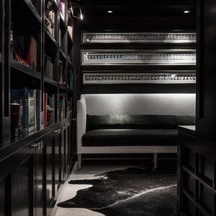 Idéer för mellanstora funkis hemmabibliotek, med svarta väggar