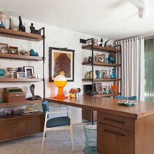 Mittelgroßes Mid-Century Arbeitszimmer ohne Kamin mit Arbeitsplatz, weißer Wandfarbe, Teppichboden und Einbau-Schreibtisch in Los Angeles