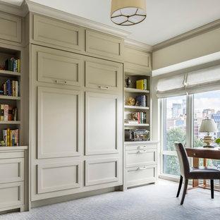 Imagen de despacho tradicional renovado con paredes beige, moqueta y escritorio independiente