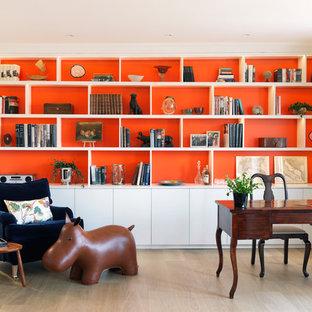 Cette photo montre un bureau éclectique avec un mur orange, un bureau indépendant et un sol beige.