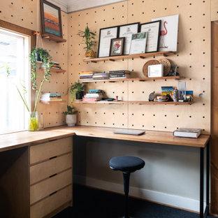 Idéer för ett mellanstort modernt hemmastudio, med korkgolv och ett inbyggt skrivbord