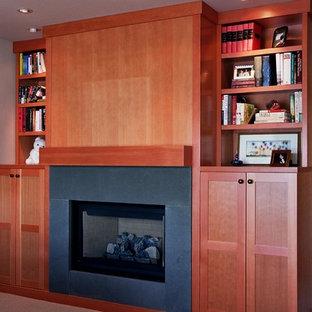 シアトルの中サイズのトラディショナルスタイルのおしゃれなホームオフィス・書斎 (白い壁、カーペット敷き、標準型暖炉、タイルの暖炉まわり、ベージュの床) の写真
