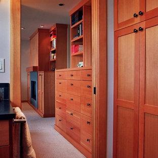 Пример оригинального дизайна: кабинет среднего размера в стиле кантри с белыми стенами, ковровым покрытием, стандартным камином, фасадом камина из плитки и бежевым полом