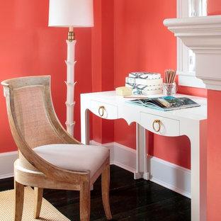 Foto di un ufficio chic con pareti rosa, parquet scuro e scrivania autoportante