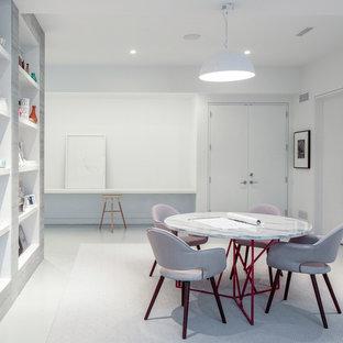 Idee per uno studio contemporaneo di medie dimensioni con pavimento con piastrelle in ceramica, nessun camino, scrivania autoportante e pavimento bianco
