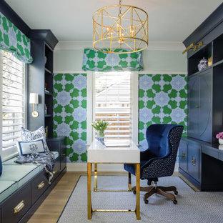Imagen de despacho papel pintado, clásico renovado, papel pintado, con paredes verdes, suelo de madera en tonos medios, escritorio independiente, suelo marrón y papel pintado