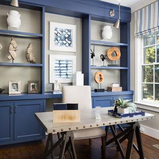 Foto di un ufficio stile marinaro con pareti beige, parquet scuro, scrivania autoportante e pavimento marrone