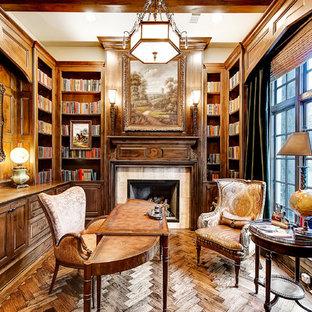 Imagen de despacho tradicional, de tamaño medio, con paredes marrones, suelo de madera oscura, chimenea tradicional, escritorio independiente y marco de chimenea de baldosas y/o azulejos