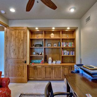 Ispirazione per un ufficio country con pareti nere, pavimento in pietra calcarea, scrivania autoportante e pavimento bianco