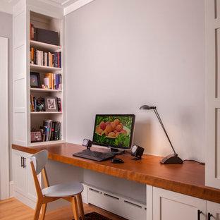ミネアポリスの中サイズのトランジショナルスタイルのおしゃれな書斎 (グレーの壁、淡色無垢フローリング、暖炉なし、造り付け机、ベージュの床) の写真