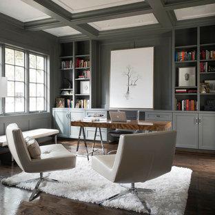 Idee per un ufficio minimalista con pareti grigie, parquet scuro e scrivania autoportante