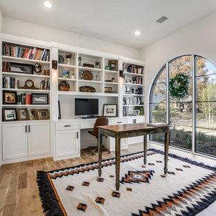 ダラスのサンタフェスタイルのおしゃれなホームオフィス・仕事部屋の写真