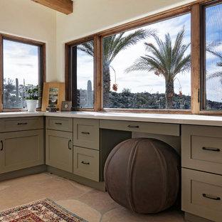 Idee per un ufficio american style di medie dimensioni con pareti bianche, pavimento in travertino, nessun camino, scrivania incassata e pavimento multicolore