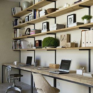 シカゴの中サイズの北欧スタイルのおしゃれなホームオフィス・仕事部屋 (ベージュの壁、磁器タイルの床、造り付け机、茶色い床) の写真