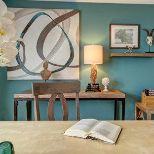 Idee per un ufficio boho chic di medie dimensioni con pareti multicolore, scrivania autoportante, parquet chiaro e nessun camino