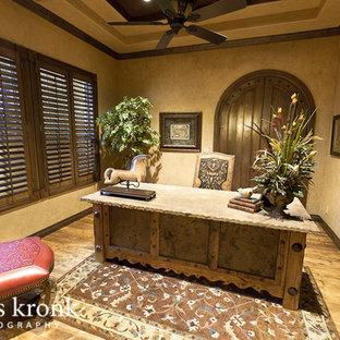 ヒューストンの地中海スタイルのおしゃれなホームオフィス・書斎の写真