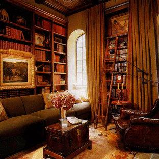 オレンジカウンティの大きい地中海スタイルのおしゃれなホームオフィス・仕事部屋 (ベージュの壁、ライブラリー、ライムストーンの床、ベージュの床) の写真