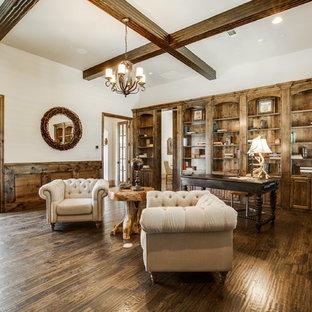 Großes Mediterranes Arbeitszimmer mit Arbeitsplatz, beiger Wandfarbe, braunem Holzboden und freistehendem Schreibtisch in Dallas
