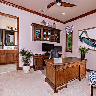 サンディエゴの中サイズの地中海スタイルのおしゃれなホームオフィス・書斎 (ベージュの壁、カーペット敷き、自立型机、ベージュの床) の写真